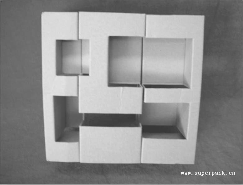 成型图  展开图 包装分类:折纸。 适用材质:瓦楞纸板(A9A纸板)。 生产工艺:分纸啤制包装。 适用产品:中小型电子电气产品。 结构点评:加强型纸托,适合较重产品的包装,如变压器等。  展开图  成型图 包装分类:外盒一体化折纸。 适用材质:坑纸(A9A纸板)。 生产工艺:切纸啤制包装。 适用产品:中小型电子产品。 结构点评:纸盒与内部隔板相连,一次成形,工艺更为简单,可节约材料。  成型图  展开图 包装分类:折纸。 适用材质:瓦楞纸板(W9W纸板)。 生产工艺:分纸